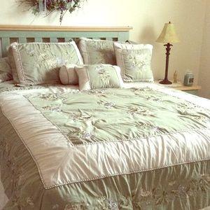 Beautiful Queen Comforter Sset